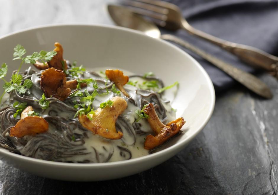 Bønnefettuccine med smagfuld danbo ostesauce, ristede svampe og friske krydderurter