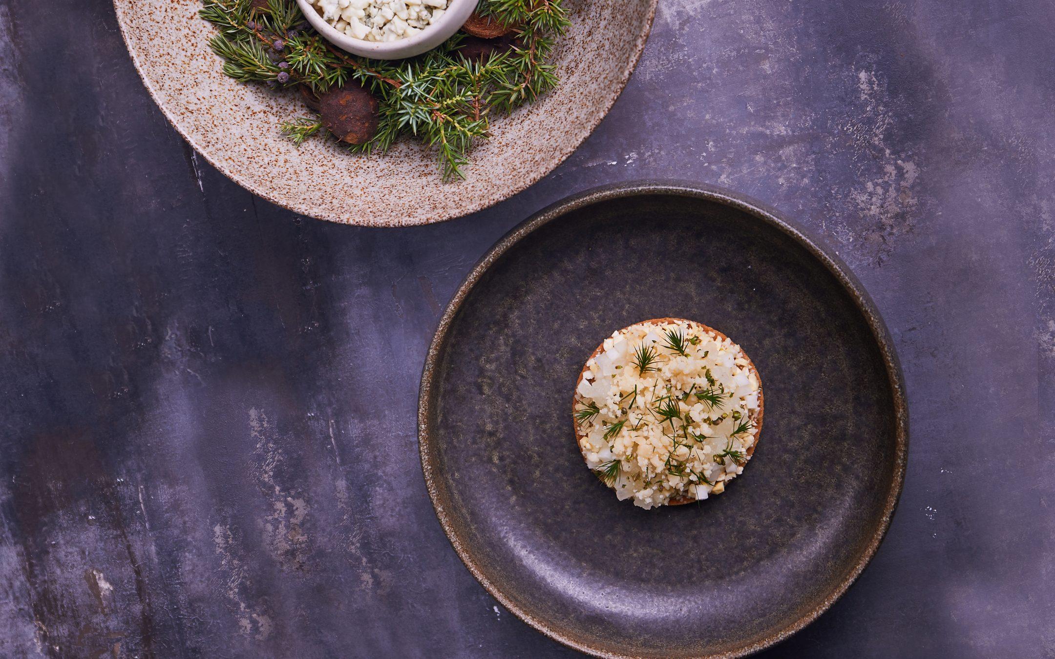 Sådan laver du Formel B's opskrift på ostekiks med pærepuré, dansk gin og 3 danske oste - røget friskost, Hårbølle Mejeri fåreost fra Møn og blåskimmelost.