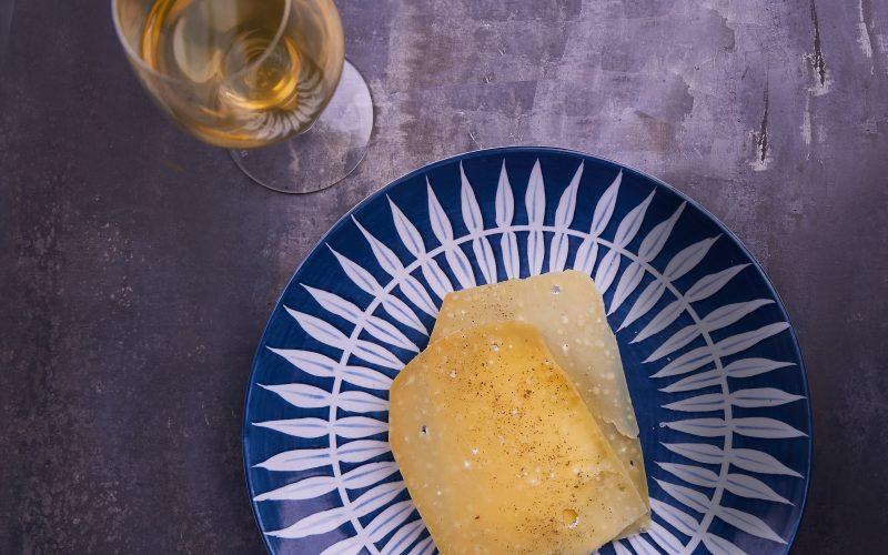 Hærværks ostemad – smørristet, krydret honningkagebrød med cremefraiche og ekstralagret Thise Vesterhavsost