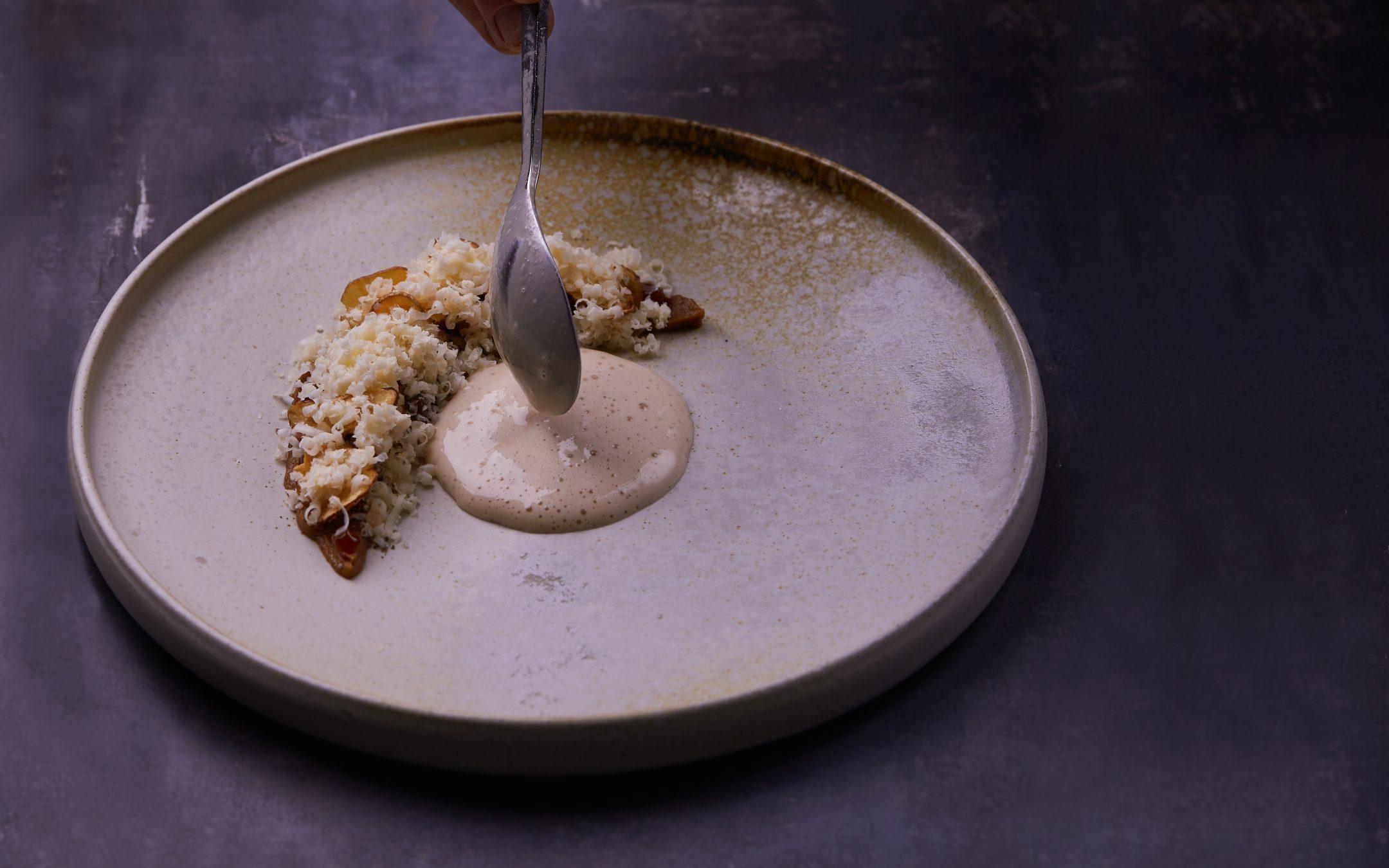 Her får du Simon Thranes opskrift på karamelliseret jordskokkepuré med valnødder, citroner og fasansauce og Høost fra Naturmælk.