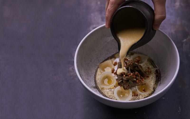 Opskrift på ostesauce med Naturmælks Høost, pocheret æg og kantareller