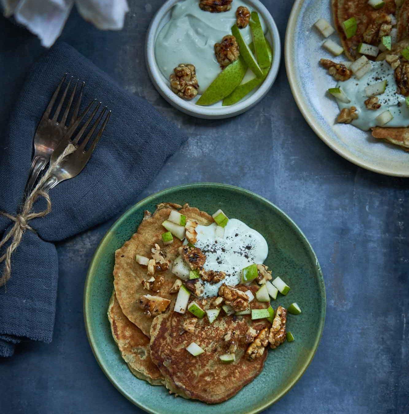 Ost i grønne hverdagsklæder: Pandekager med pære, blåskimmelcreme og honningristede valnødder