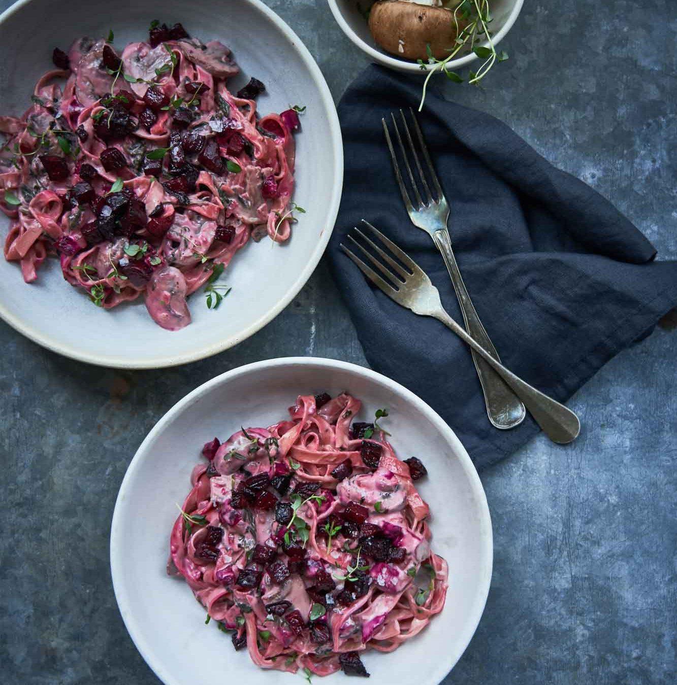 Ost i grønne hverdagsklæder: Pasta med sovs af blåskimmelost og bagte rødbeder