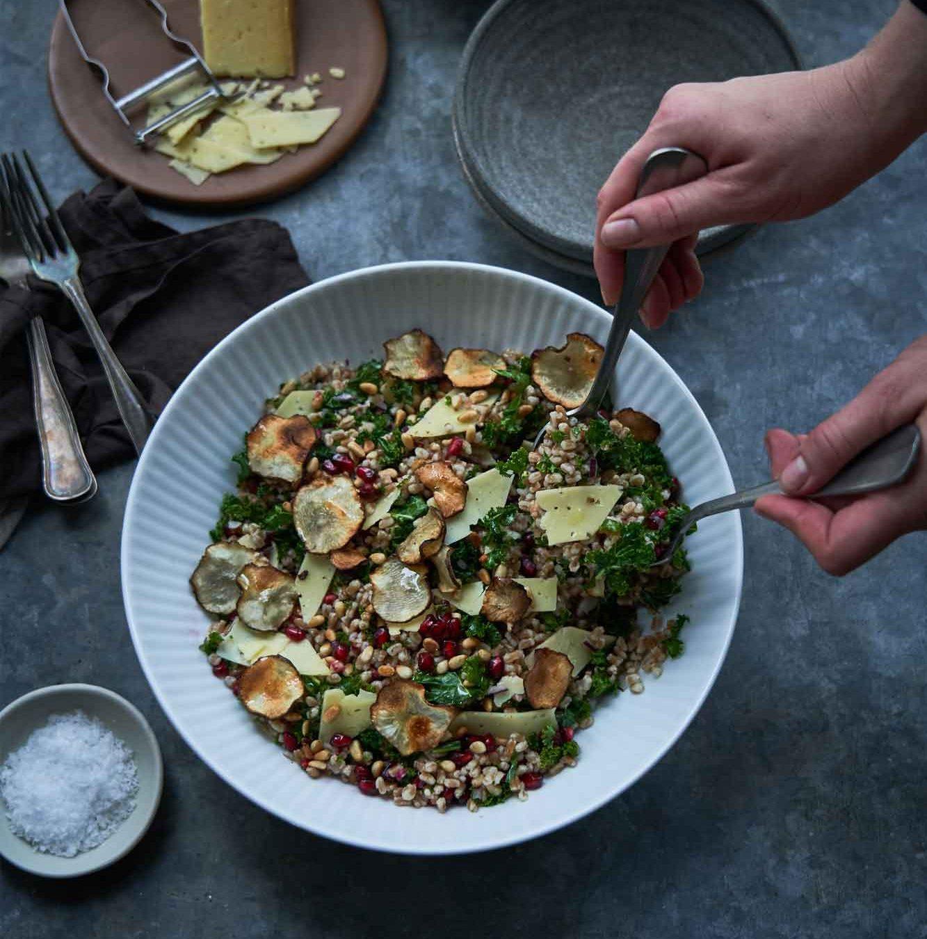 Ost i grønne hverdagsklæder: Perlespeltsalat med Thybo-ost, granatæble og jordskokkechips
