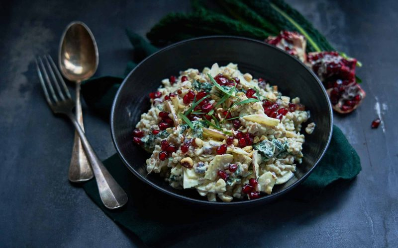Ost i grønne hverdagsklæder: Cremet perlebygsalat med gedefriskost, hasselnødder og palmekål