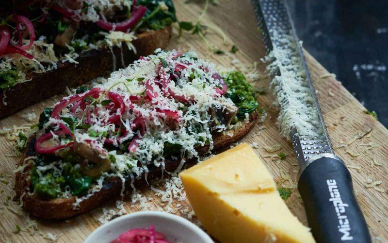 Ost i grønne hverdagsklæder: Toast med ost, grønkålspesto og syltede rødløg