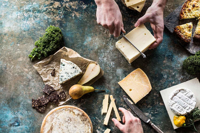 Laktosefri ost. Er du laktoseintolerant, behøver du ikke at spise ost uden mælk. Det er ikke svært at finde ost uden laktose. Se hvilke oste du må spise.