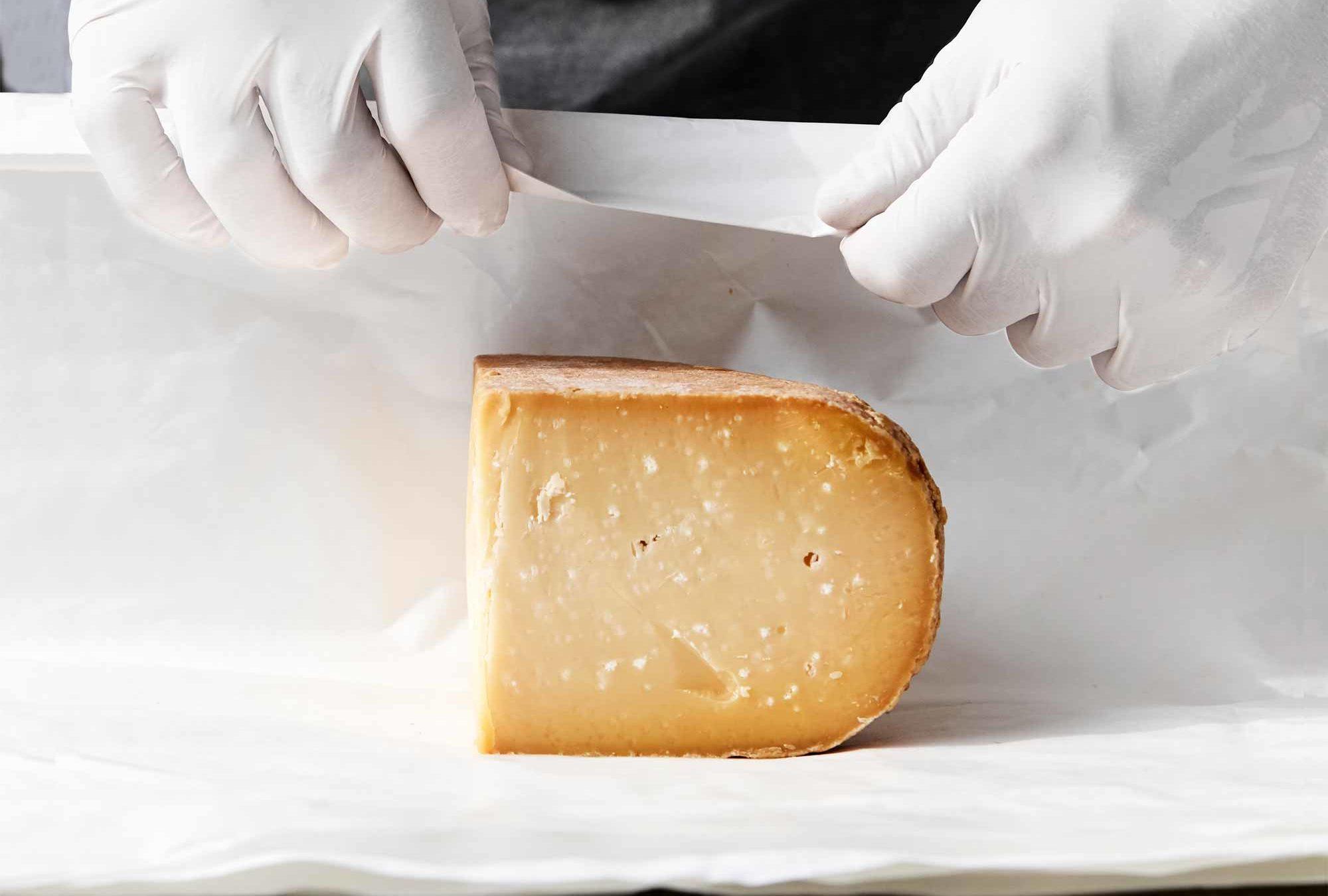 Bliv meget klogere på opbevaring af ost, hvordan en ost skal pakkes ind, og hvor længe den kan holde sig i både køleskab og fryser.