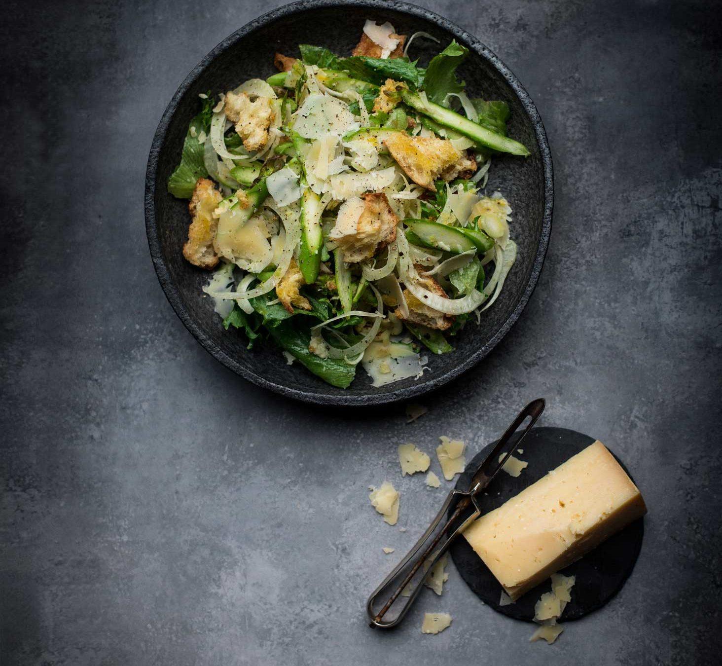Sådan laver du en sprød salat med asparges, fennikel og frillicesalat, hård ost og croutoner. Få Mira Arkins opskrift på en grøn ret med ost.