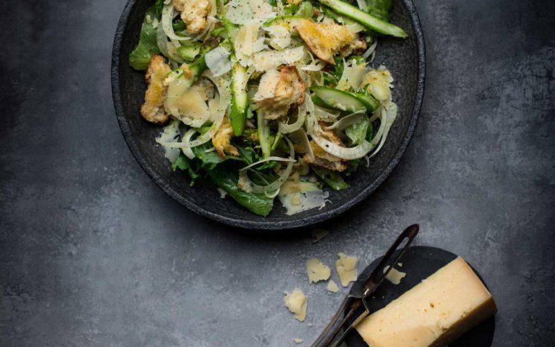 Sprød salat med asparges, hård ost og croutoner
