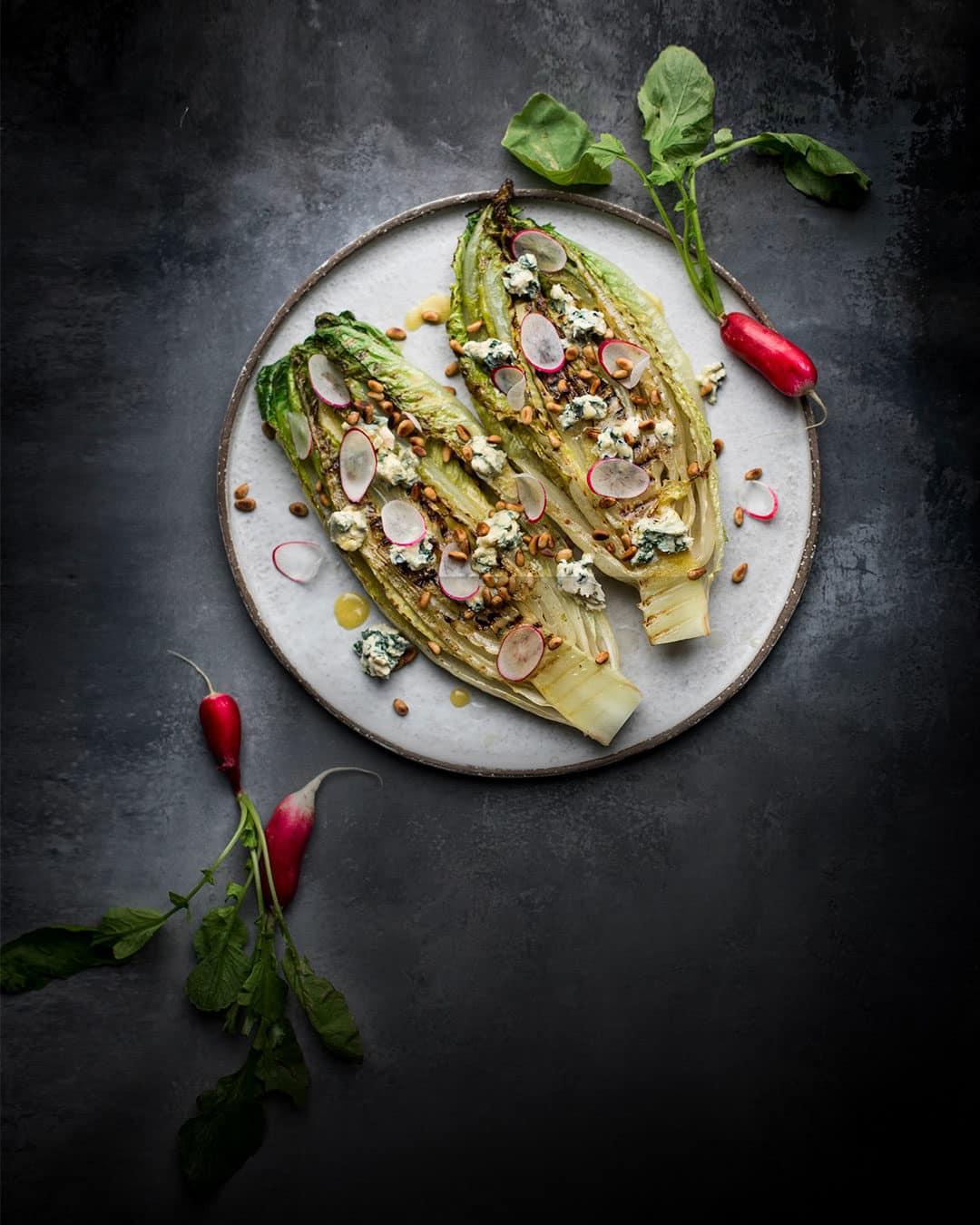 Sådan laver du courgettenudler - eller squashnudler, om du vil - med bagte tomater og persille- og basilikumspesto med dansk ost. Få opskriften her.