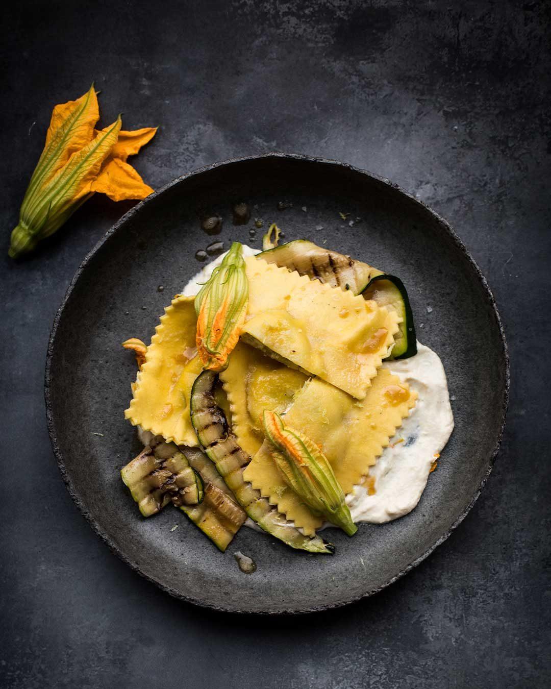Sådan laver du en ravioli med friskost, grillet squash og friskostcreme med brunet smør. Få Mikkel Bækgaards opskrift på en grøn ret med ost.