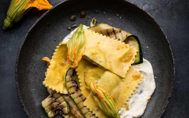 Ravioli med friskost, grillet squash og friskostcreme med brunet smør