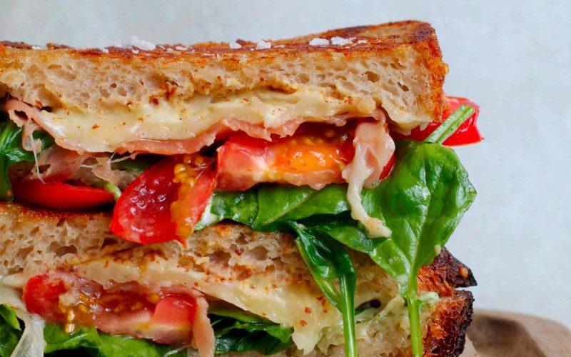 Grøn toast med ost og skinke