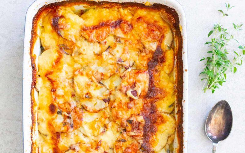 Rodfrugtgratin med bacon og ost