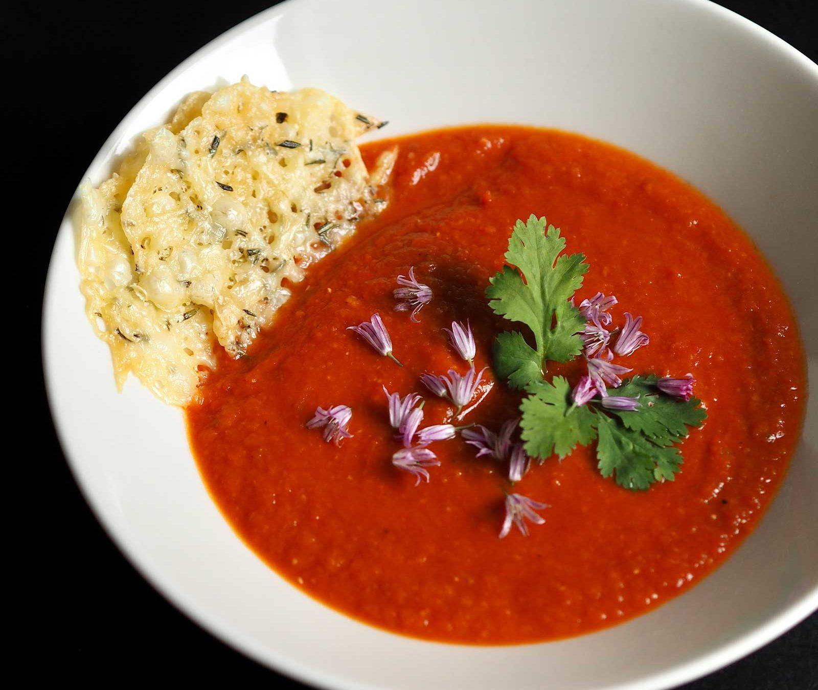 Sådan laver du en nem og hurtig tomatsuppe med ostechips. Få opskriften på perfekt tøm-køleskabet-mad, hvor du bruger dine rester og undgår madspild.