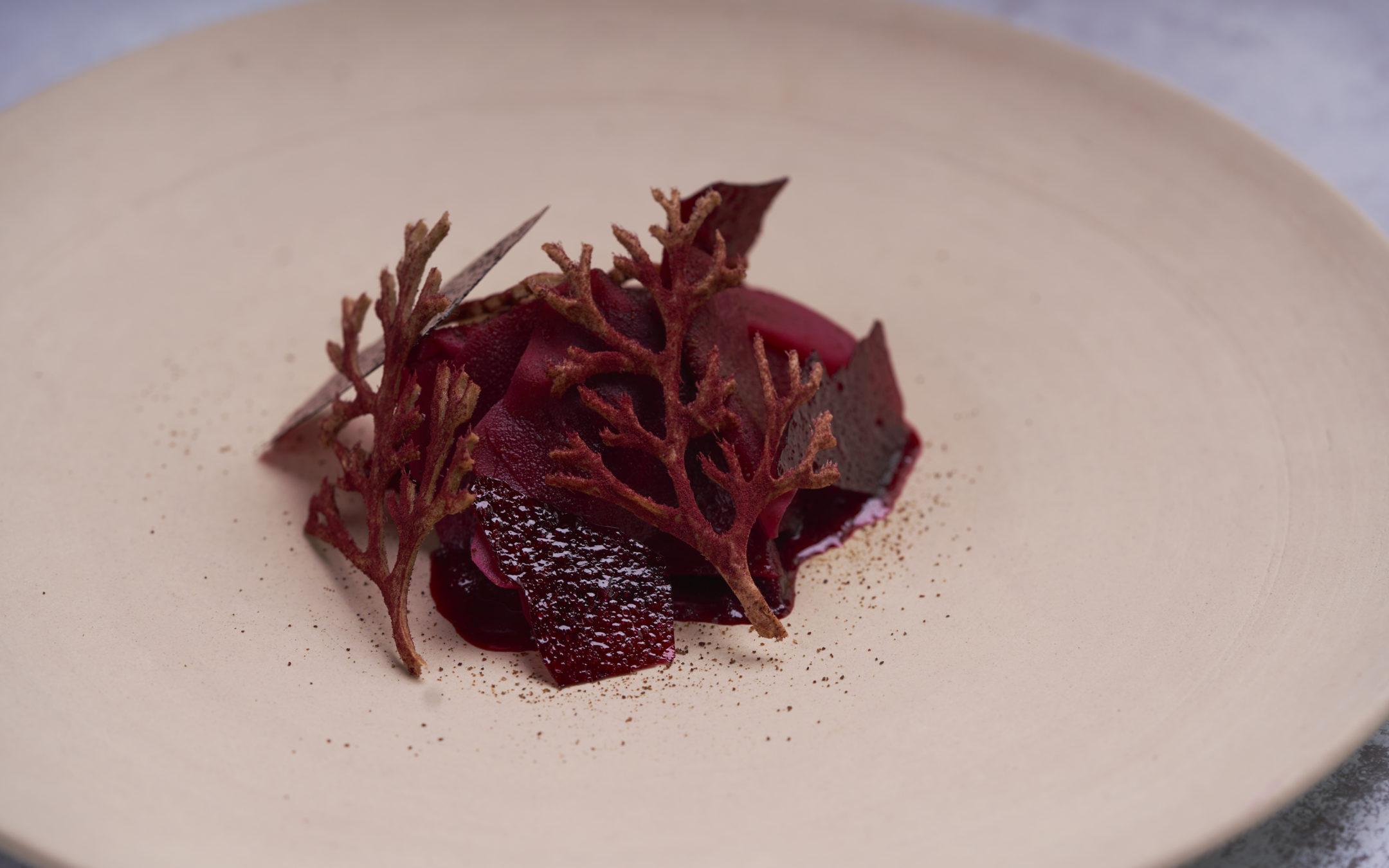 Osteopskrift fra Restaurant Moment: Sprød og cremet Kovending med kaffefermenteret rødbede
