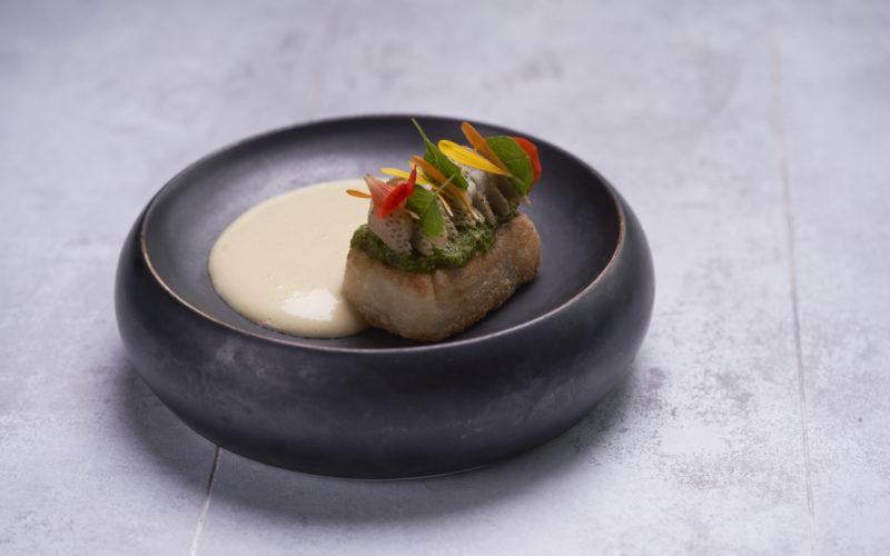 Latinamerikansk opskrift med ost fra Restaurant Menendez: Grillet fladbrød med blåskimmel, asparges og mezcal