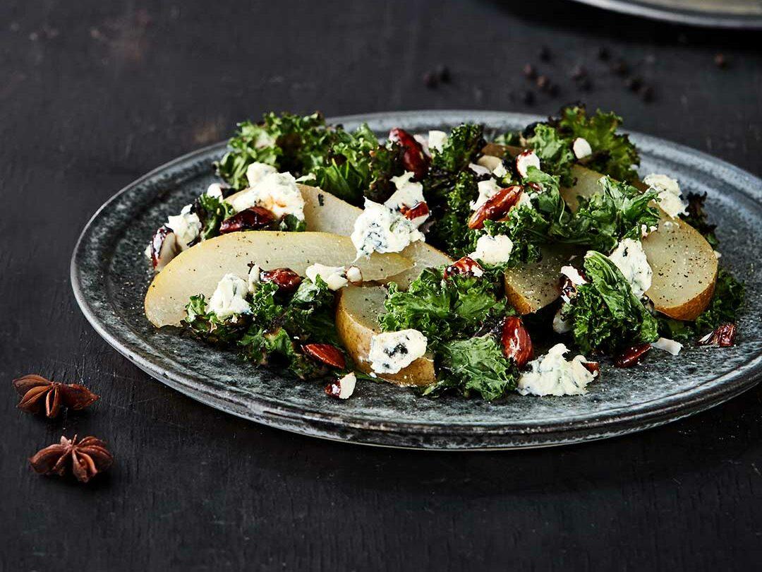 Grillet grønkål med blåskimmelost og syltede pærer