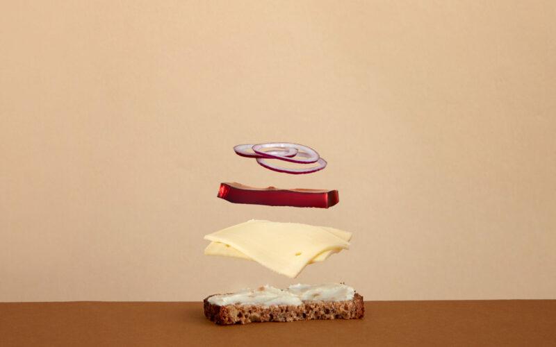 Tips til den perfekte ostemad: Sådan laver du frokostklassikeren med rugbrød, løg og sky