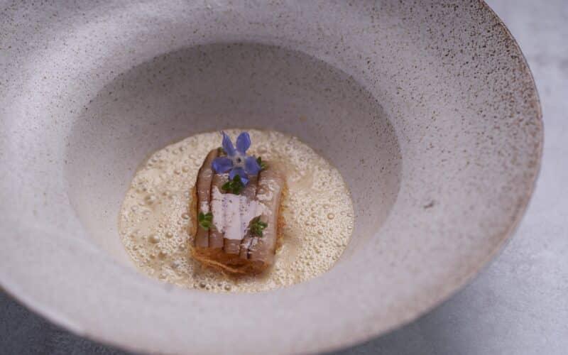 Opskrift med ost: Skærsild og Vin Jaune med røget marv, grillede løg og friteret kartoffel