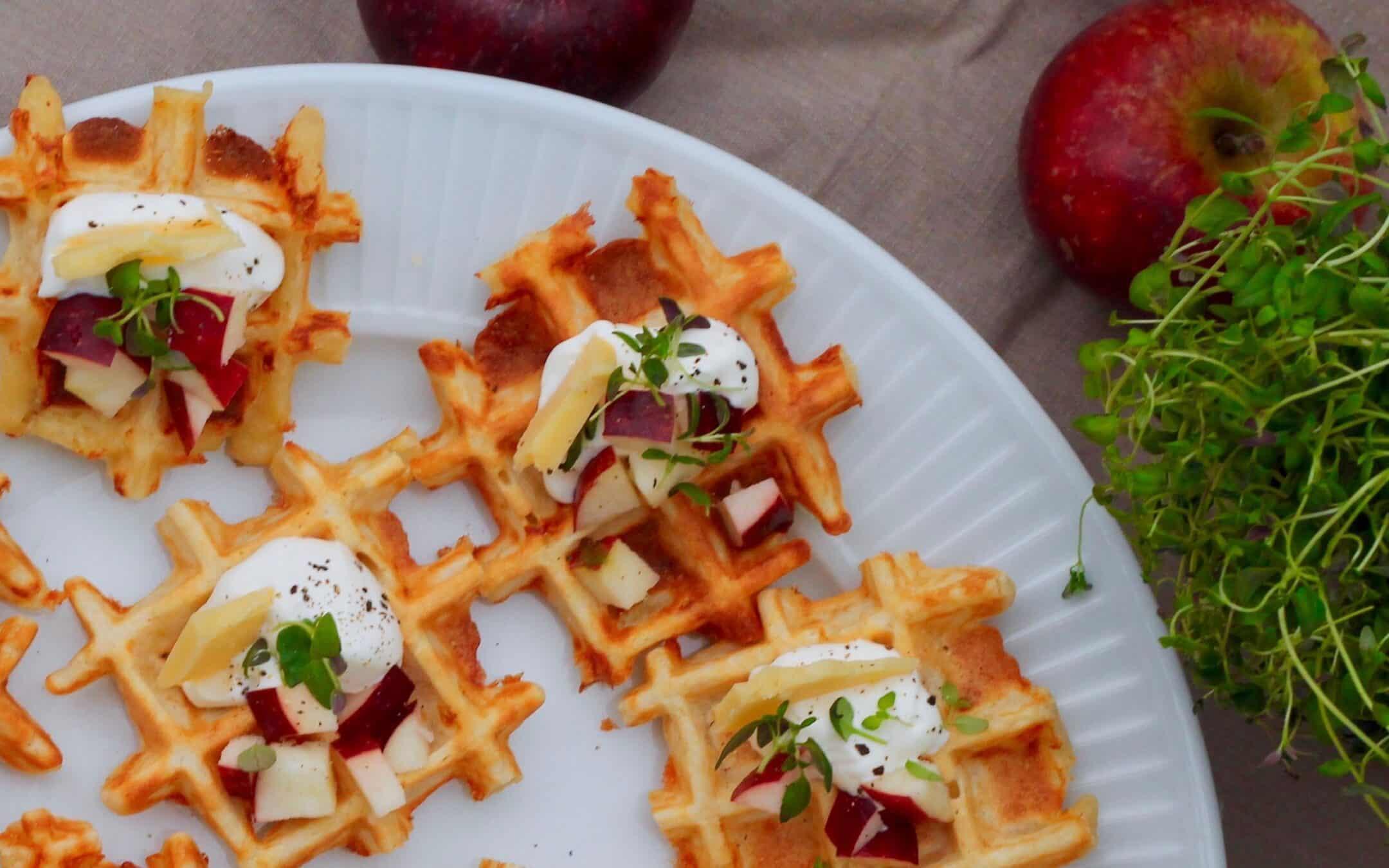 Ostevafler med creme fraiche, æble og timian
