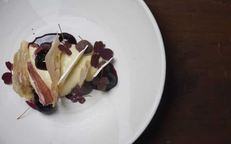 Hvid chokolademousse og amarena kirserbær med et blåt ostet twist