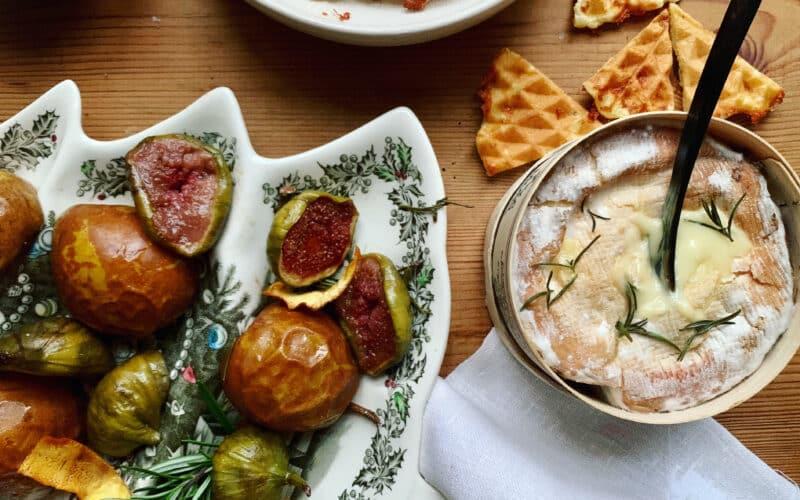 Lun Mont d'Or med bagte frugter og ostevafler