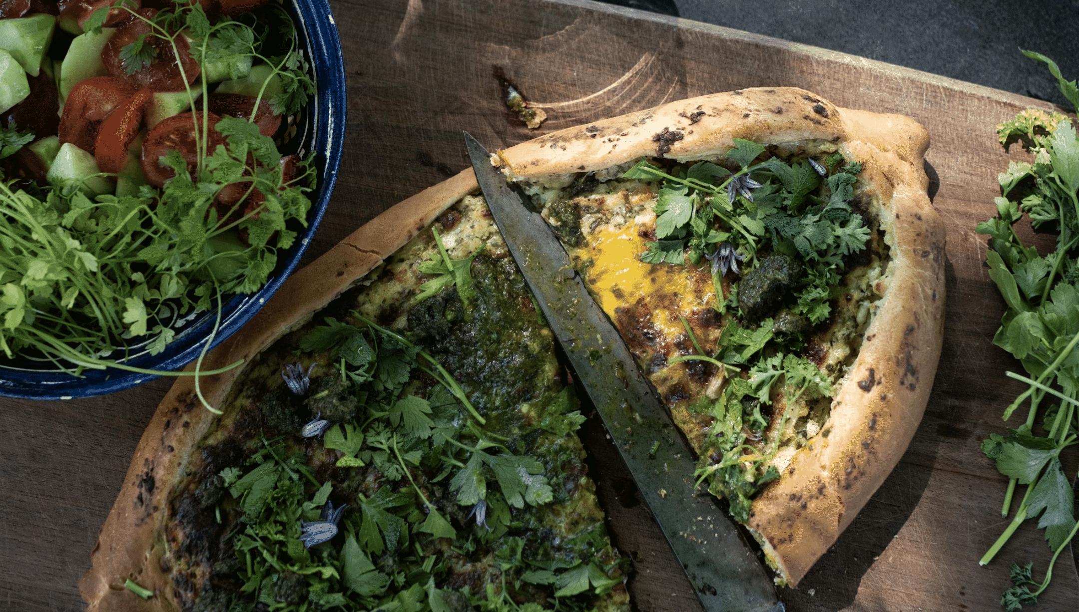 Georgisk inspireret khachapuri med krydderurter, hytteost og salattern